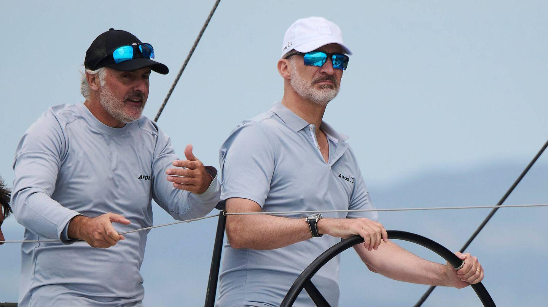 El rey Felipe, junto a uno de sus compañeros de tripulación. (Limited Pictures)