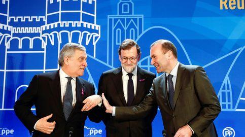 Mariano Rajoy luce un lazo morado durante un acto del PP en Valencia