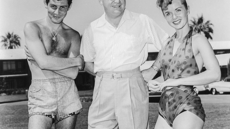 Debbie Reynolds, junto a Eddie Fisher (i) y el dueño de casino Wilbur Clark (c) en el Desert Inn en Las Vegas en 1954. (EFE)