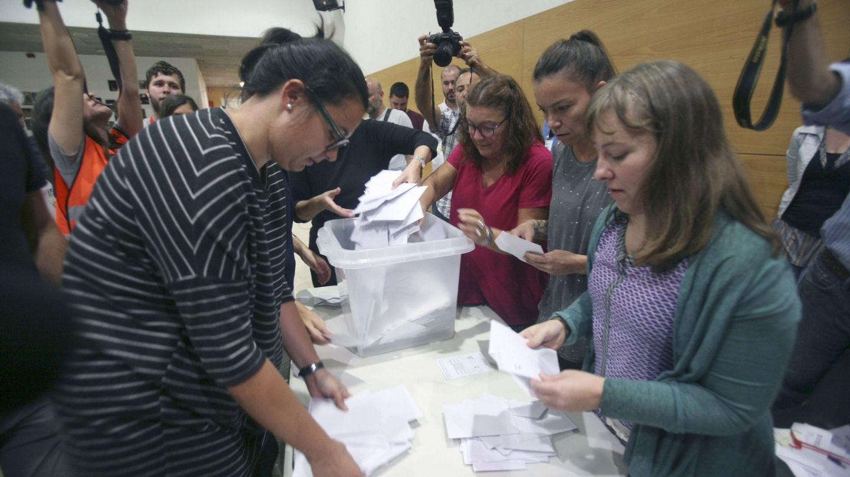 Recuento de votos del referéndum del 1-O en el instituto Antoni Marti i Franques de Tarragona. (EFE)