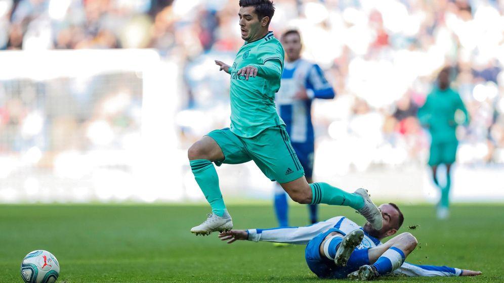 Foto: Brahim Díaz se marcha por velocidad en un partido contra el Espanyol. (EFE)
