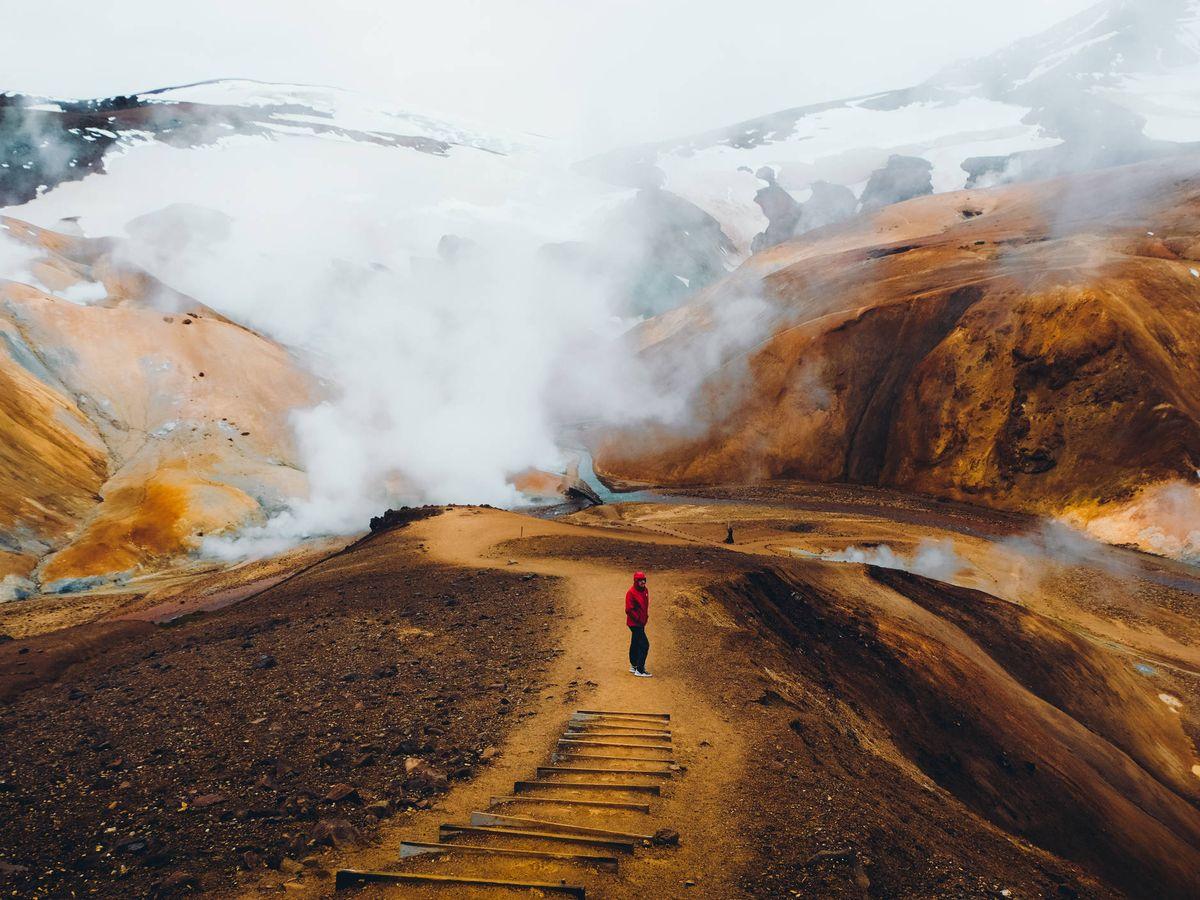 Foto: Un senderista en mitad del paisaje volcánico de Islandia. (iStock)