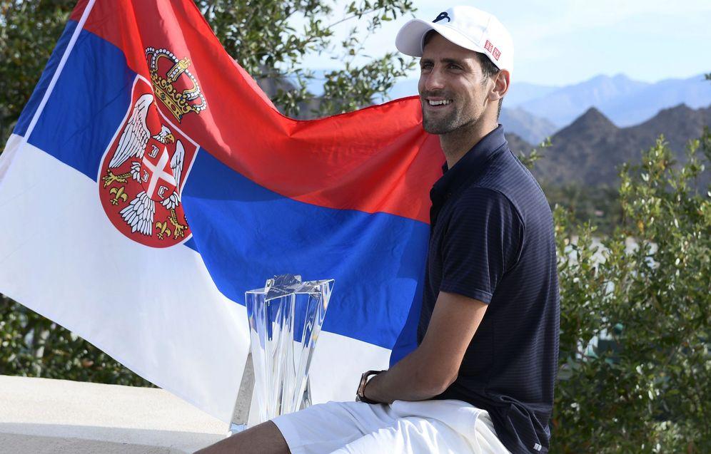 Foto: Novak Djokovic posa con la bandera serbia y el título de campeón en Indian Wells (Efe)