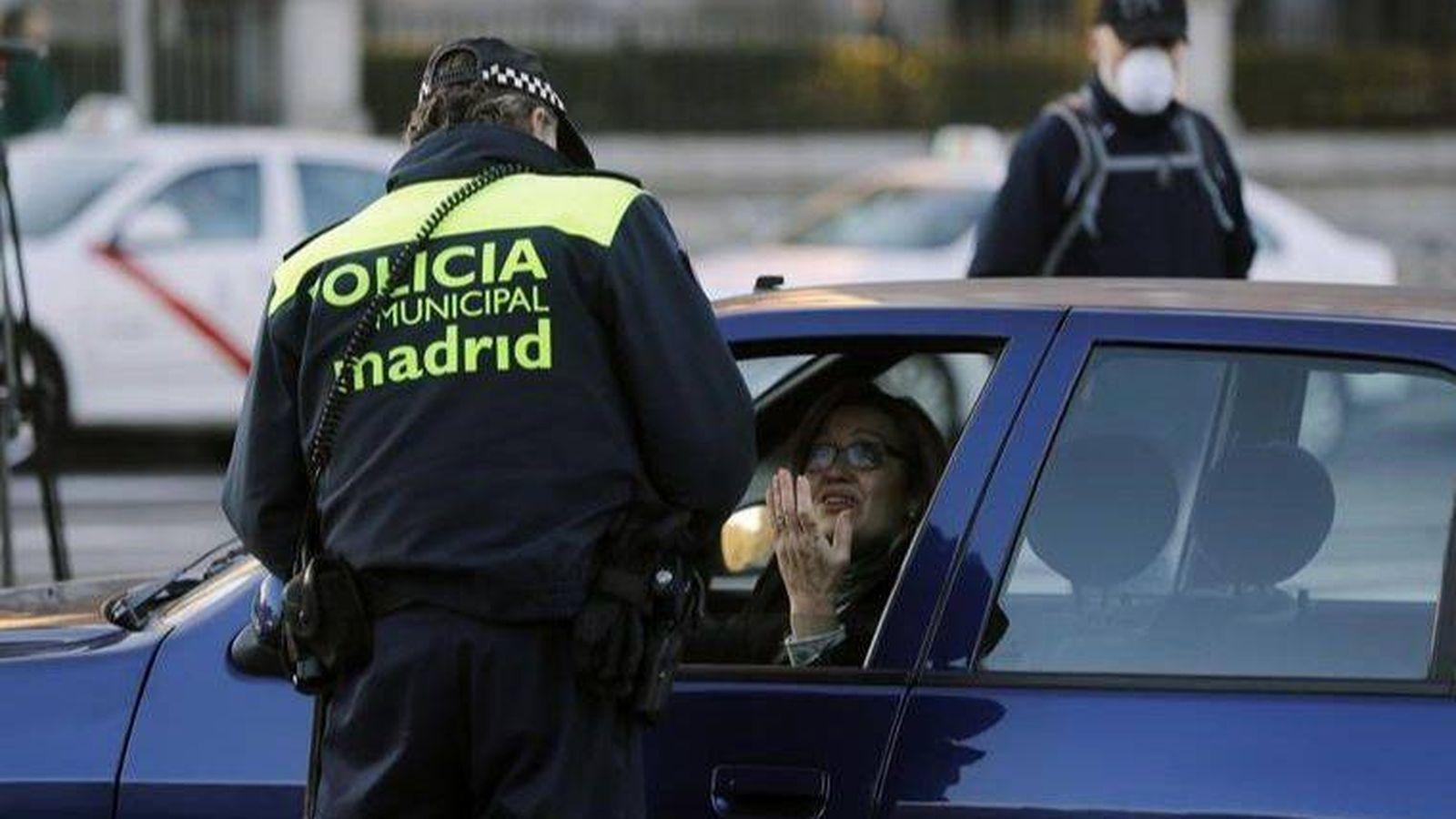 Foto: Un agente de la Policía Municipal de Madrid conversando con una conductora