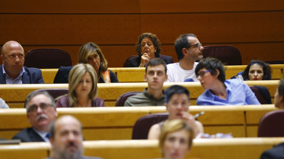 Foto: La senadora Rita Barberá (c, detrás) en su nuevo escaño en el Grupo Mixto. (EFE)