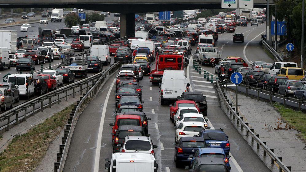 Foto: Retenciones en los accesos a Madrid tras varias horas de atasco. (EFE)