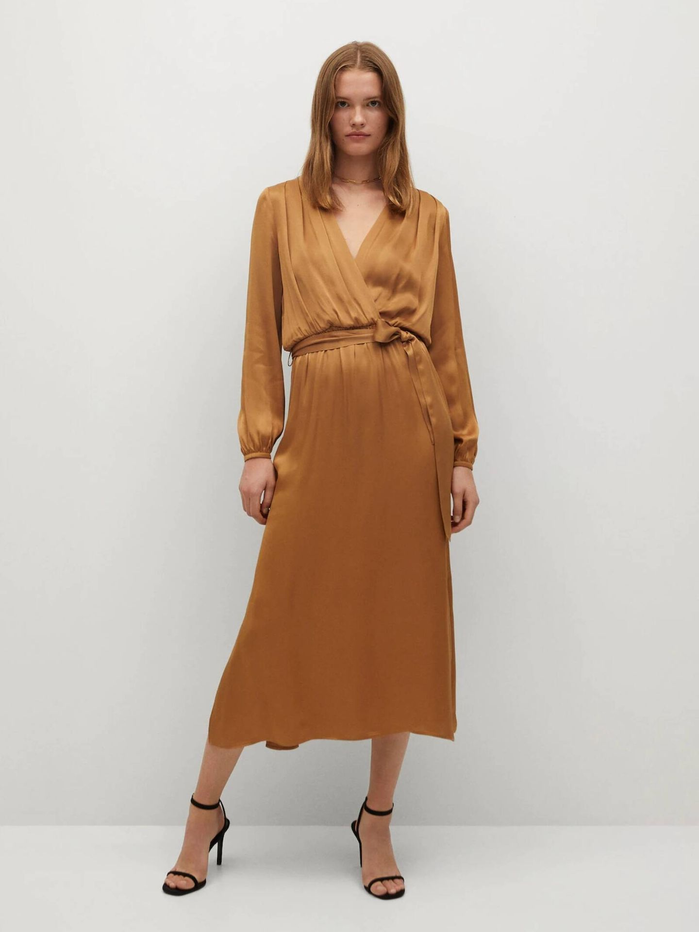 Vestido 'wrap dress' de Mango Outlet. (Cortesía)
