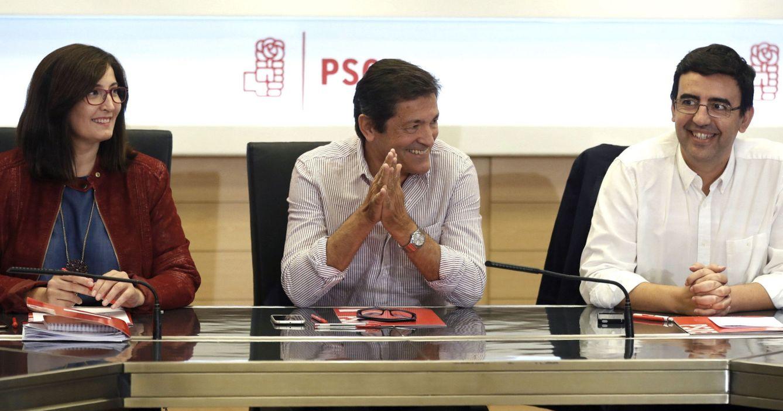 El presidente de la comisión gestora del PSOE, Javier Fernández (c), durante la reunión celebrada en Ferraz. (EFE)