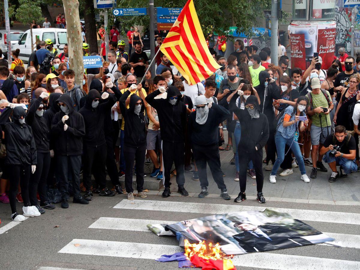 Foto: Manifestantes queman fotografías de la reunión de Sánchez y Aragonès. (EFE)