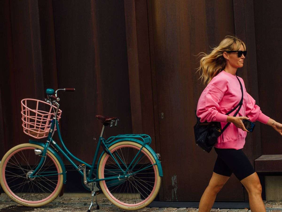 Foto: La insider Jeanette Madsen, en las calles de Copenhague con una sudadera. (Imaxtree)