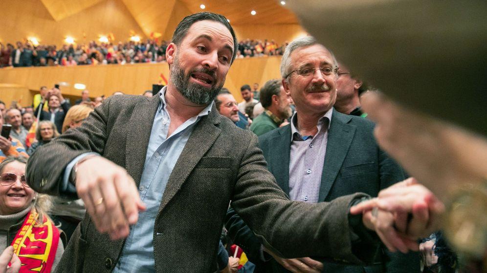 Foto: El presidente de Vox, Santiago Abascal, y José Antonio Ortega Lara a su llegada al acto celebrado en el Auditorio de Zaragoza. (EFE)