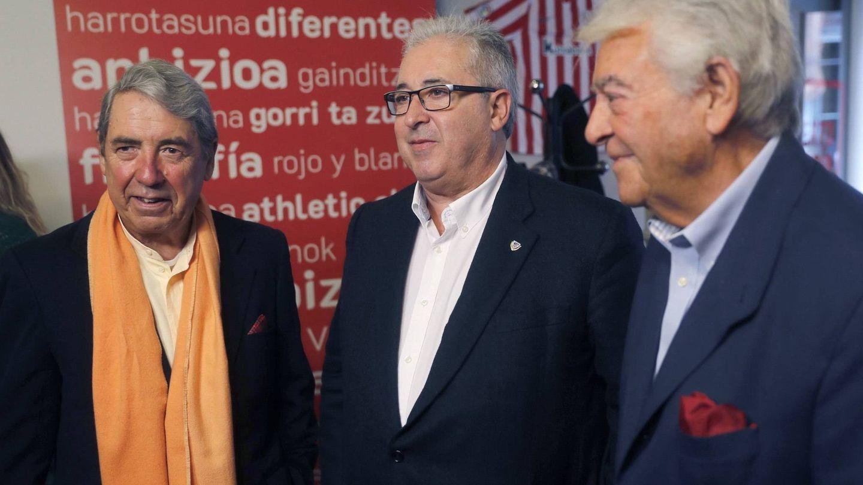 José Julián Lertxundi, a la derecha de la imagen, junto a Alberto Uribe-Echevarría, candidato a la presidencia del Athletic, y el también ex presidente José Mari Arrate. (EFE)