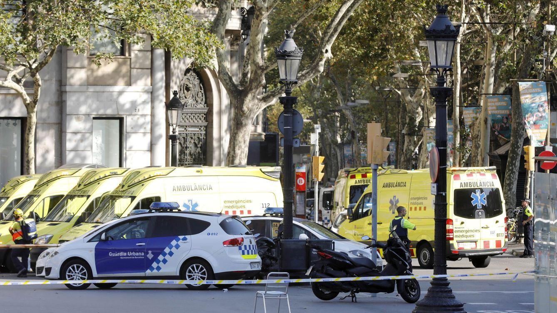 Foto: Una furgoneta atropella a varias personas en Las Ramblas de Barcelona. (EFE)