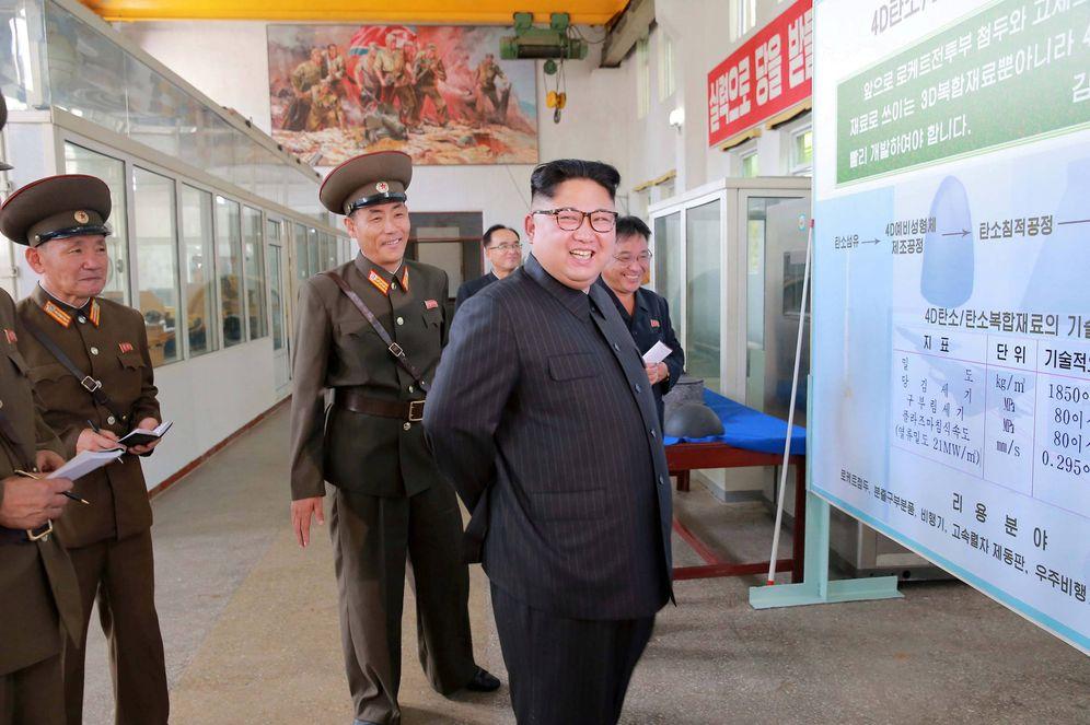 Foto: Kim Jong-Un durante una visita al Chemical Material Institute de la Academia de Ciencia de Defensa, en Pyongyang. (Reuters)