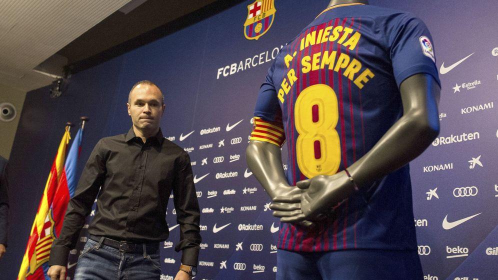 Foto: Iniesta, en la presentación de su renovación vitalicia con el FC Barcelona. (EFE)