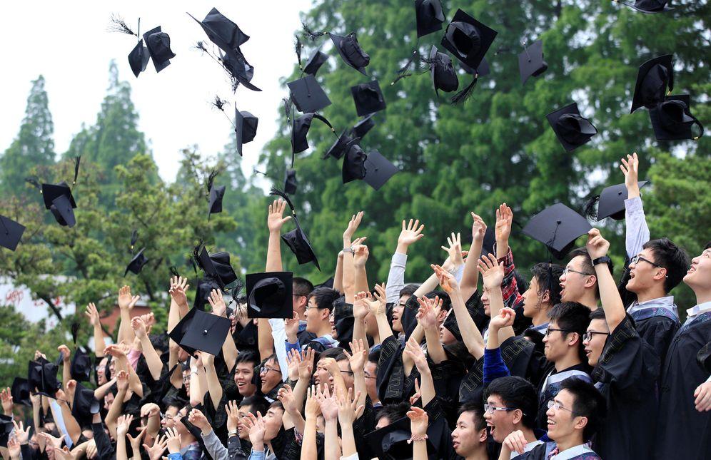 Foto: Un grupo de graduados lanza sus birretes al aire en la Universidad Fudan de Shanghai, China, el 31 de mayo de 2016 (Reuters)