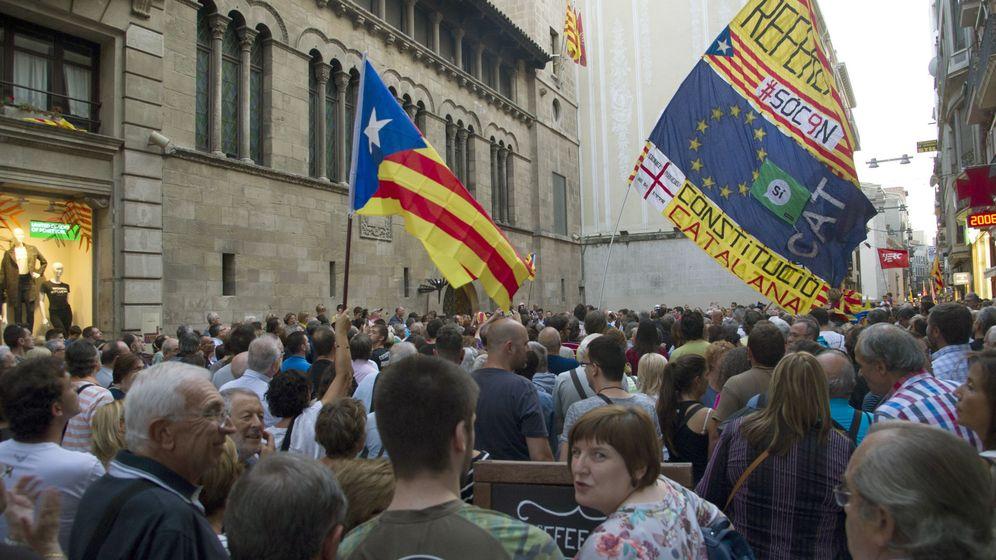 Foto: Un grupo de manifestantes exige que el alcalde de Lleida, Àngel Ros, acceda a ceder espacios municipales para celebrar el referéndum. (EFE)