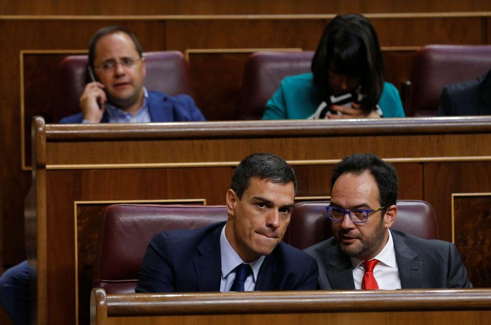 Foto: Pedro Sánchez y Antonio Hernando conversan durante el pleno de constitución del Congreso, este 19 de julio. (Reuters)