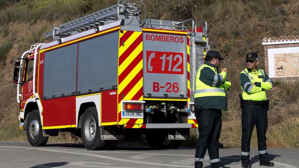 Los bomberos rescatan a 9 'okupas' y gran cantidad de perros en un incendio en Gijón