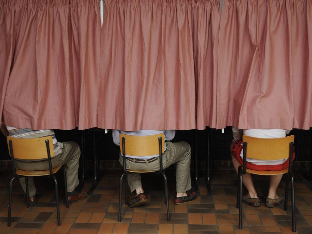 Foto: Ciudadanos belgas votan durante las elecciones generales en un colegio de Sint-Joris-Weer, Bélgica (Reuters).
