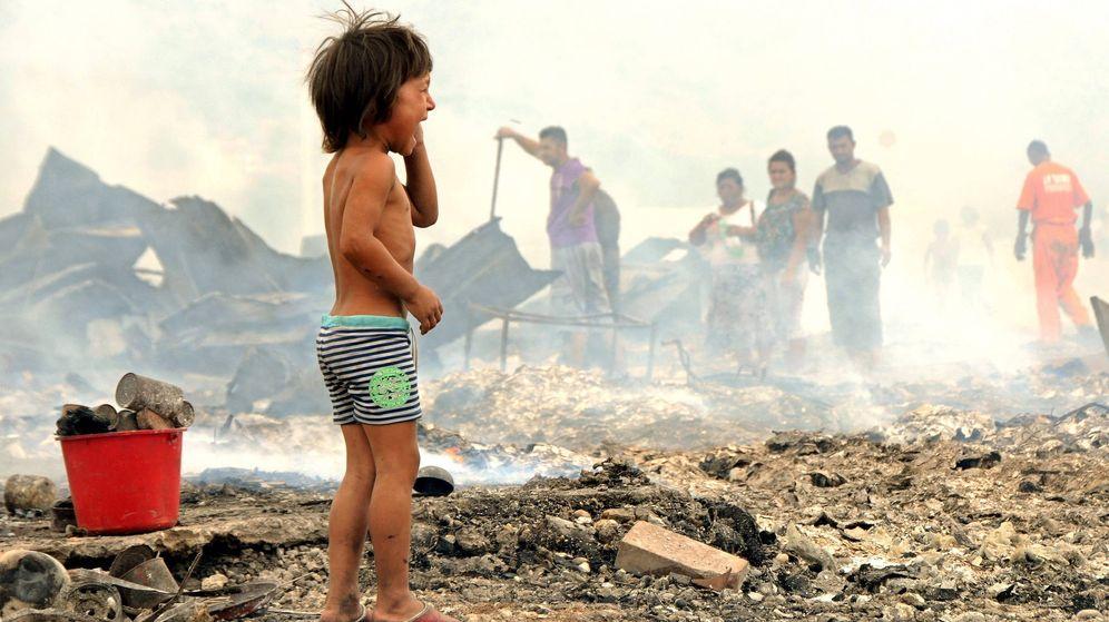 Foto: Un niño llora tras un incendio en un campo de refugiados en la ciudad de Podgorica. (EFE)