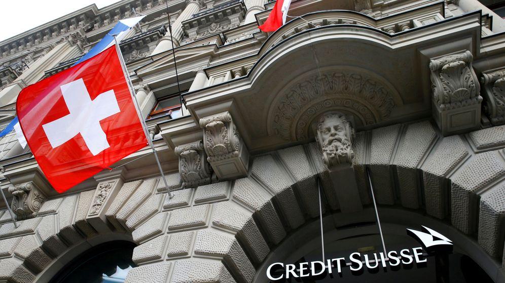Foto: File photo: switzerland's national flag flies below a logo of swiss bank credit suisse in zurich