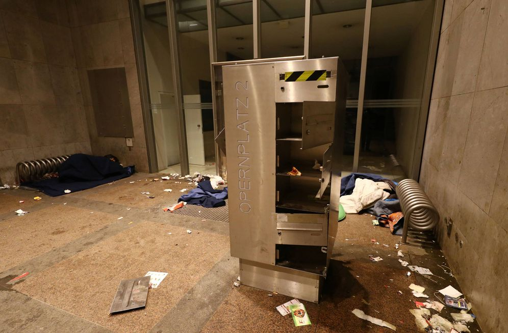 Foto: Un 'sin techo' duerme en la entrada de un edificio abandonado en el centro financiero de Fráncfort. (Reuters)