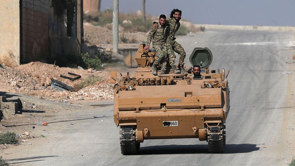 Foto: Rebeldes sirios de las fuerzas apoyadas por Turquía en la ciudad de Tal Abyad. (Reuters)