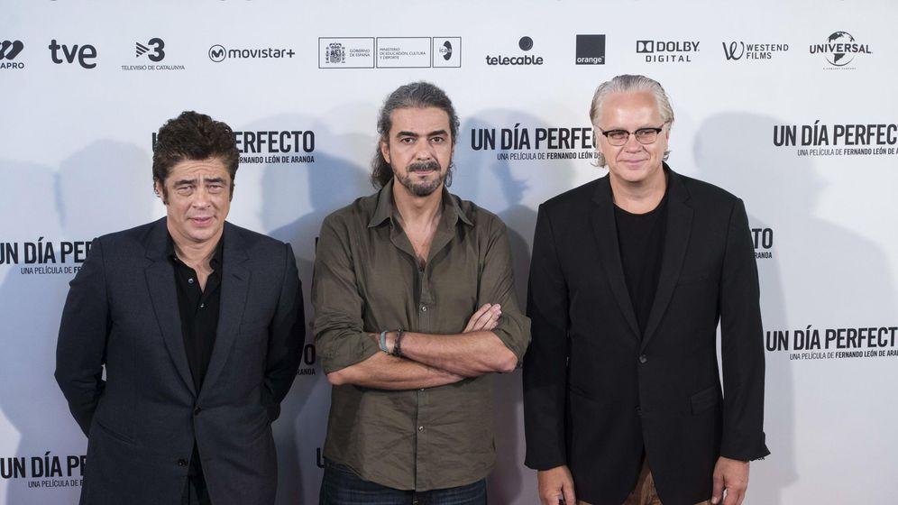 Foto: Los actores Benicio del Toro y Tim Robbins, junto al cineasta Fernando León, en la presentación de 'Un día perfecto'. (EFE)