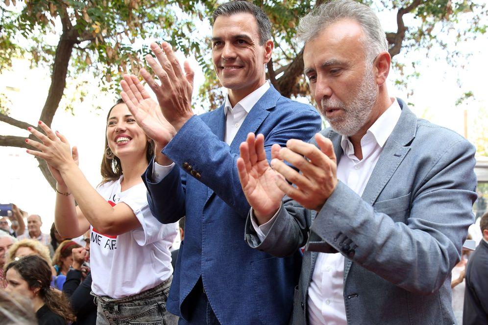 Foto: Pedro Sánchez, con los candidatos a la presidencia de Canarias, Ángel Víctor Torres, y a la alcaldía de Santa Cruz, Patricia Hernández, este 16 de mayo. (EFE)