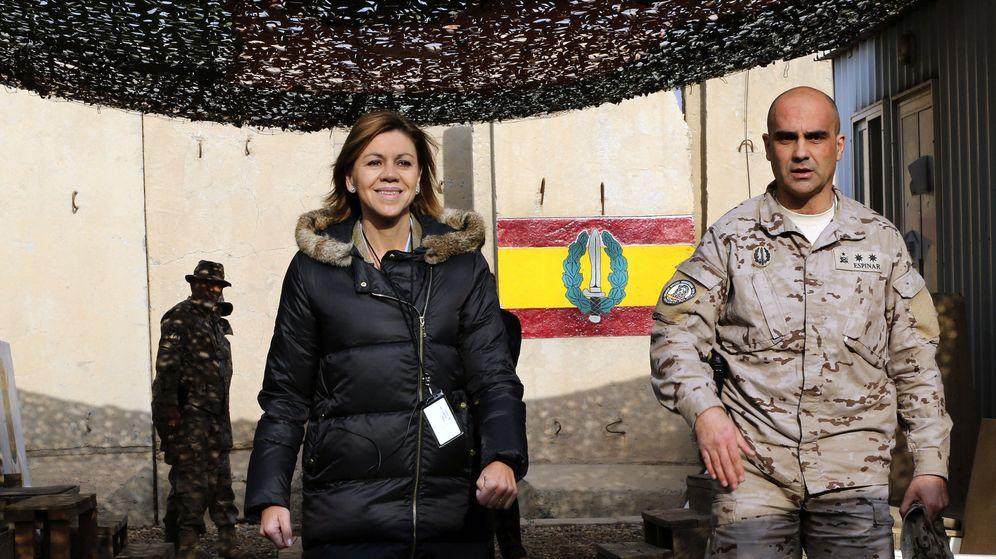 Foto: La ministra de Defensa, María Dolores de Cospedal, durante su visita a los militares españoles de operaciones especiales que se encuentran en Bagdad. (EFE)