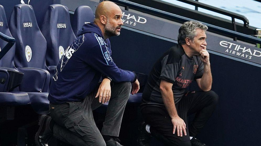 Foto: Juanma Lillo, junto a Pep Guardiola, durante el partido del Manchester City contra el Bournemouth. (Reuters)