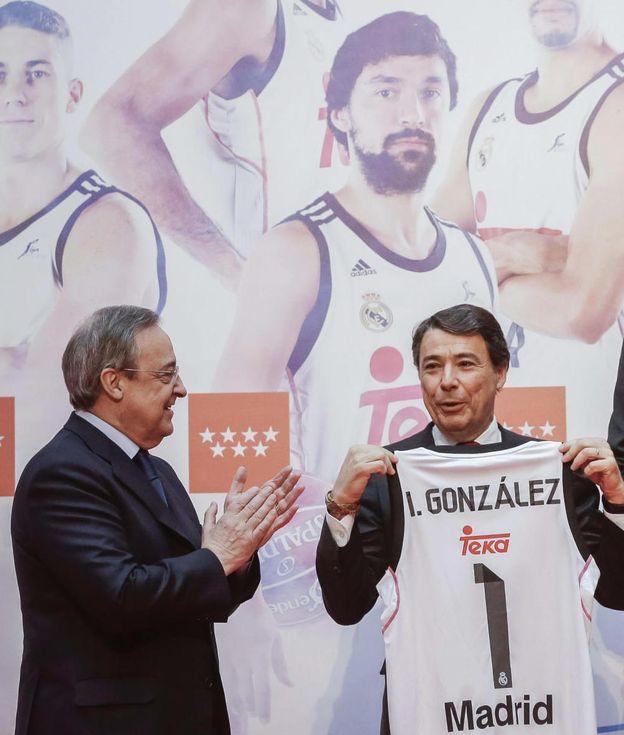 Foto: Florentino Pérez (i) hace entrega de una camiseta al presidente de la Comunidad de Madrid, Ignacio González (d), durante la celebración en la sede de la Comunidad de Madrid de la Copa del Rey. (EFE)