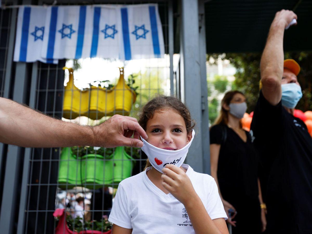 Foto: Una niña en la puerta de un colegio en Israel (Reuters)