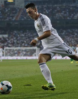 Foto: Mesut Özil frente al Betis (Efe).
