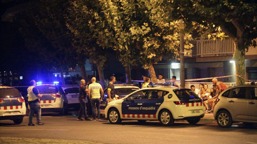 Foto: - La policía inspecciona un coche en Cambrils. (EFE)
