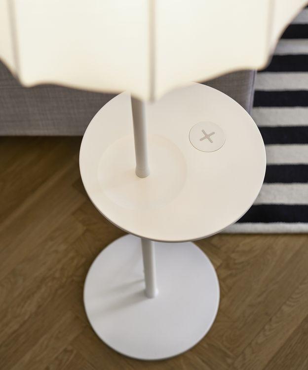 Foto: Ikea lanza una línea de muebles que cargan el móvil de forma inalámbrica