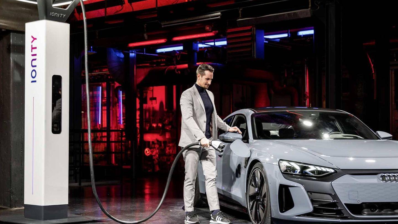 El e-tron GT puede recargar sus baterías hasta a 270 kW en corriente continua con el enchufe de la derecha.