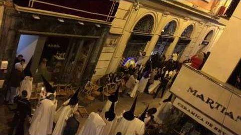 Susto en la calle Sierpes al paso de la Macarena