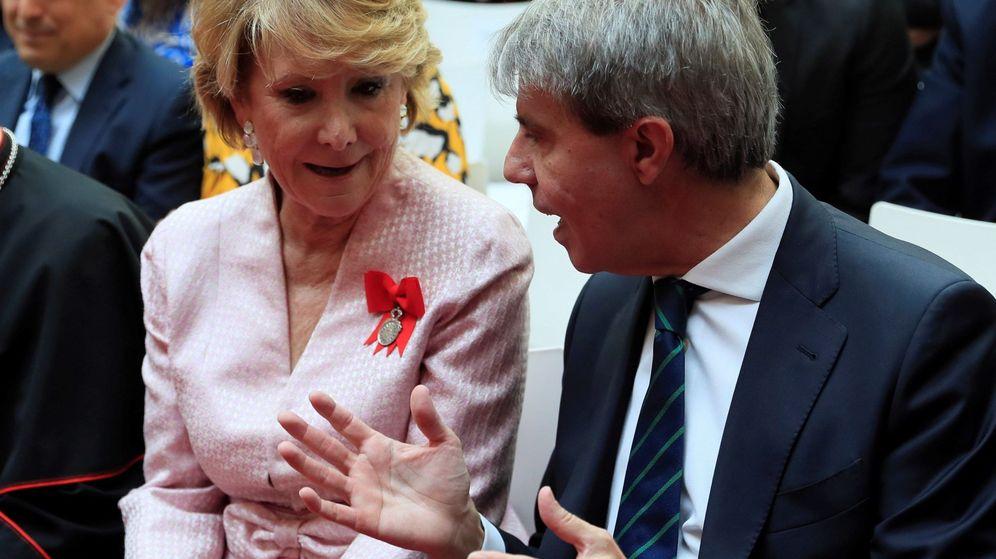 Foto: El expresidente de la Comunidad de Madrid, Ángel Garrido, conversa con Esperanza Aguirre, durante los actos de la festividad del Dos de Mayo. (EFE)