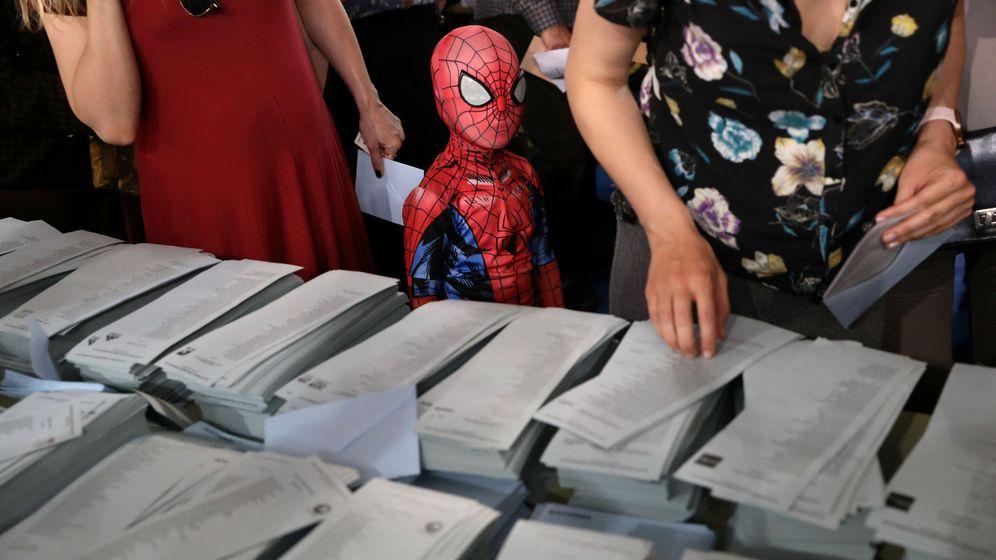 Foto: Un niño disfrazado de Spiderman acude junto a sus padres a un colegio electoral. (Reuters)