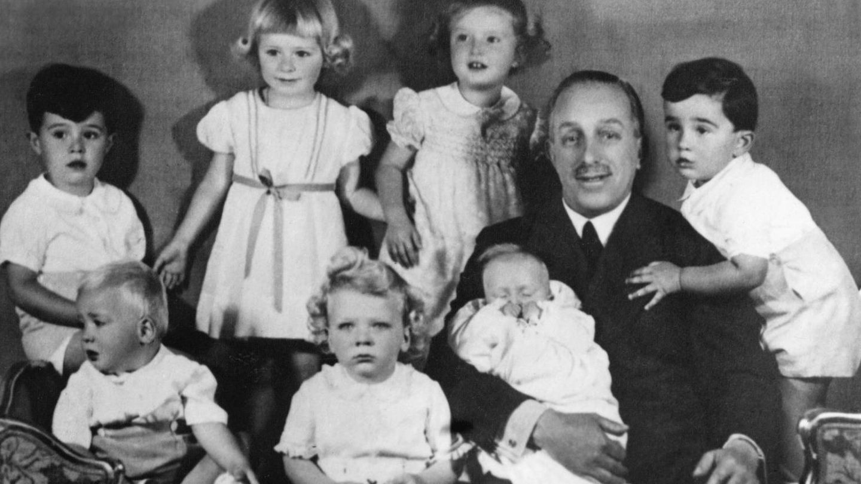 La infanta Pilar (arriba, en el centro de la imagen), junto a su abuelo Alfonso XIII, hermanos y primos. (Cordon Press)