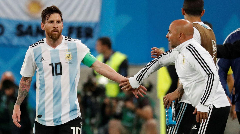 Messi y Sampaoli se saludan durante el partido de Argentina contra Nigeria. (Reuters)