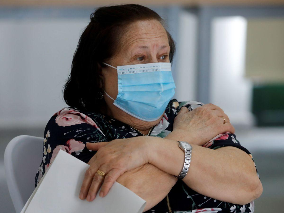 Foto: Una mujer tras recibir la vacuna en Ronda. (Reuters)
