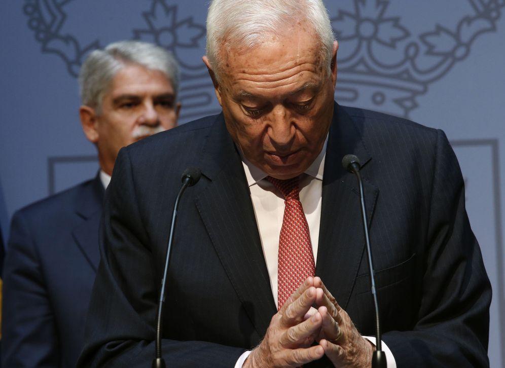 Foto: El ministro de Asuntos Exteriores y Cooperación, Alfonso Dastis (izda), escucha a su antecesor en el cargo, José Manuel García-Margallo. (EFE)