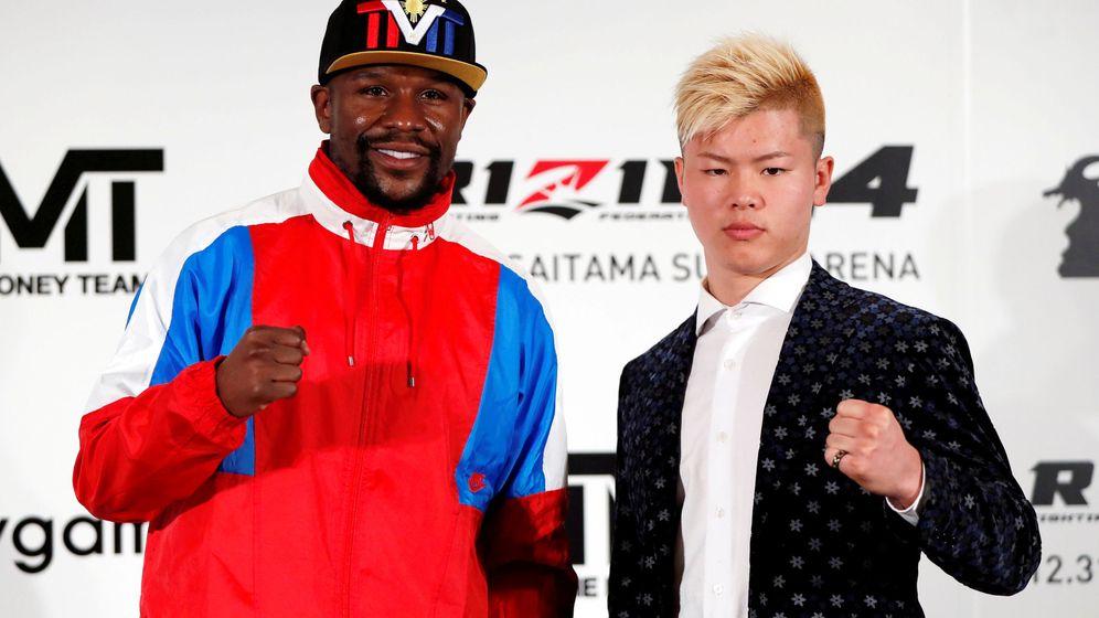 Foto: Floyd Mayweather y Tenshin Nasukawa, su futuro rival (Reuters/Issei Kato)