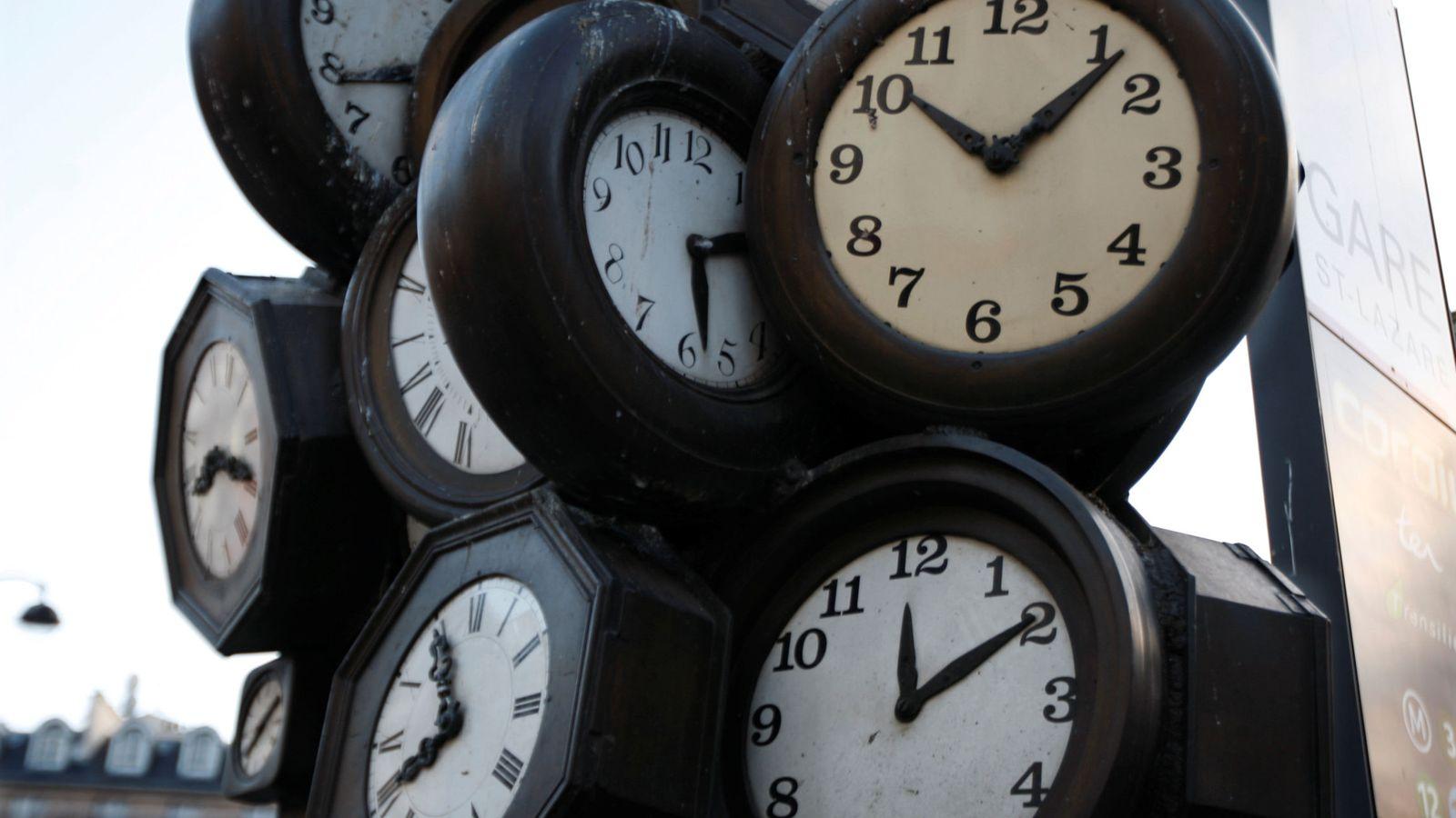 Foto: Escultura con relojes en una estación de París (Reuters)