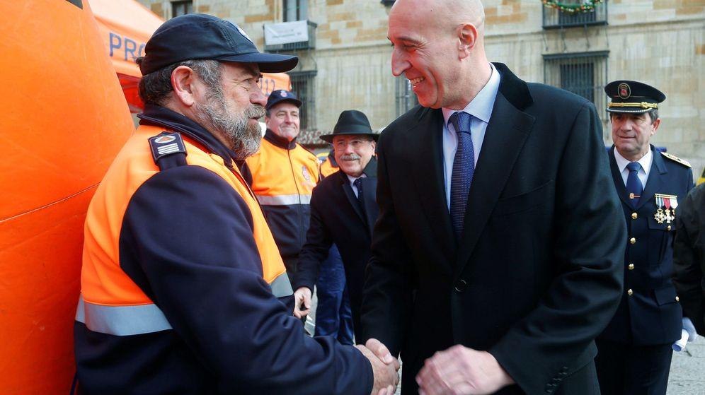 Foto: José Antonio Díez, alcalde de León, saluda a un miembro de Protección Civil. (EFE)