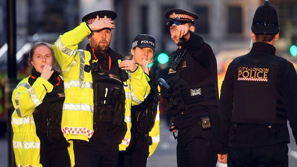 Foto: Agentes londinenses trabajan en el lugar de los hechos. (EFE)