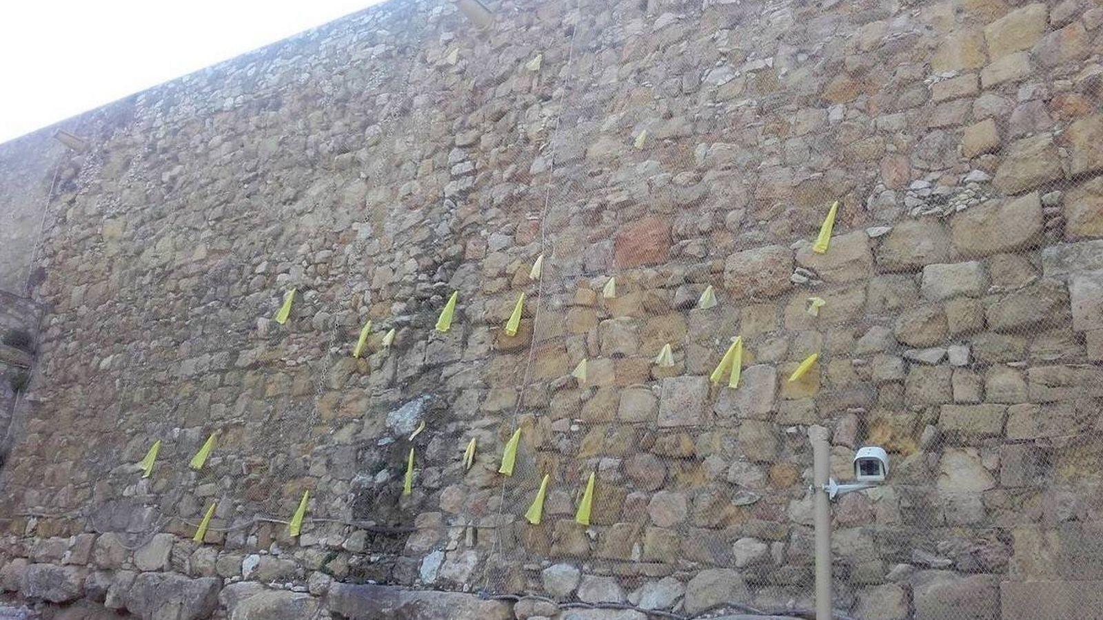 Foto: Lazos amarillos en la muralla romana de Tarragona. (Twitter: Jordi Cañas)